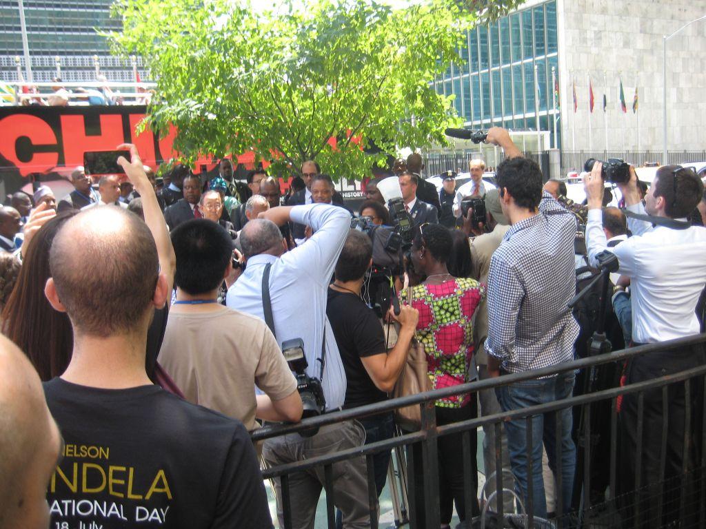 En face des N.U., les officiels baptisent l'arbre en l'honneur de Madiba alors que la chanson Dear Poppa Mandela est diffusée en boucle